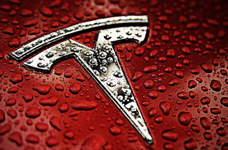 Tesla loses more than $277 billion in a month