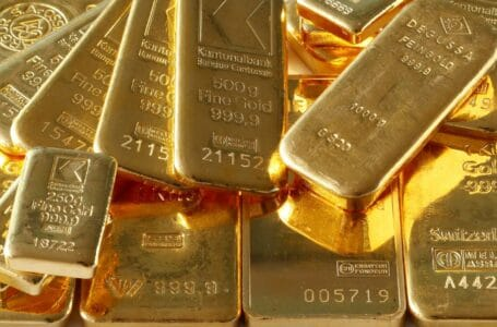 Gold ends the day higher, but loses for the month